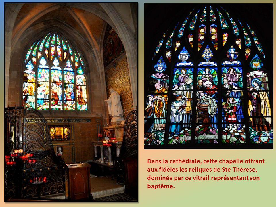 Dans la cathédrale, cette chapelle offrant aux fidèles les reliques de Ste Thèrese, dominée par ce vitrail représentant son baptême.