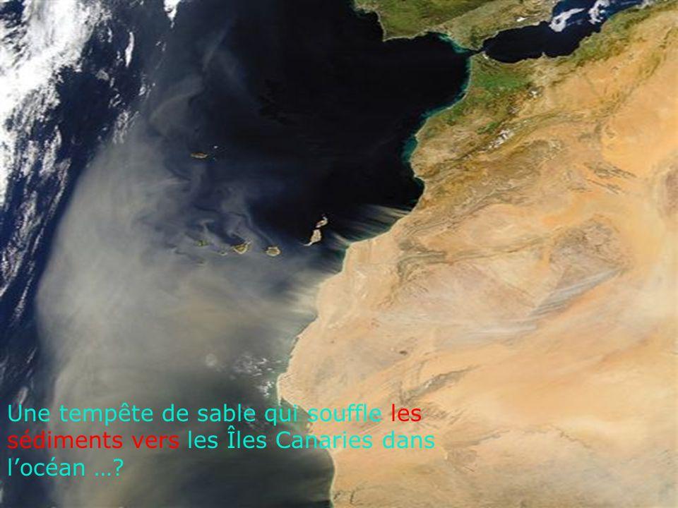 Une tempête de sable qui souffle les sédiments vers les Îles Canaries dans l'océan …