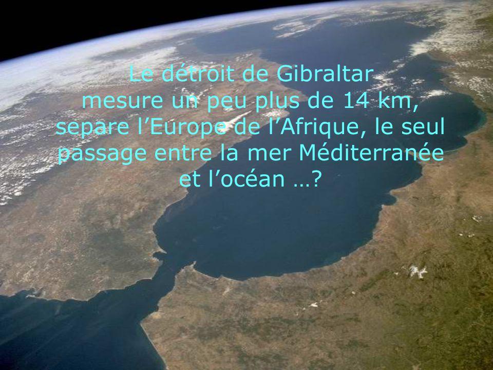 Le détroit de Gibraltar mesure un peu plus de 14 km, separe l'Europe de l'Afrique, le seul passage entre la mer Méditerranée et l'océan …