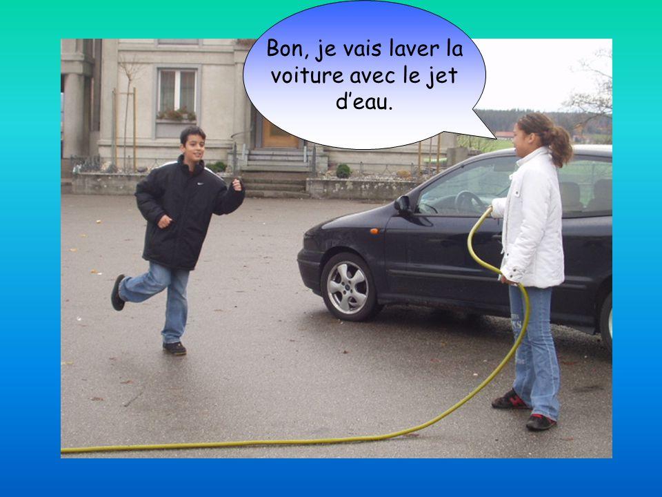 Bon, je vais laver la voiture avec le jet d'eau.