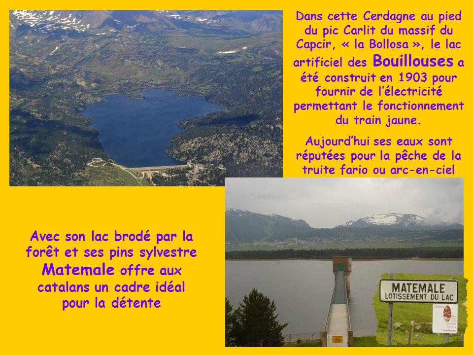 Dans cette Cerdagne au pied du pic Carlit du massif du Capcir, « la Bollosa », le lac artificiel des Bouillouses a été construit en 1903 pour fournir de l'électricité permettant le fonctionnement du train jaune.
