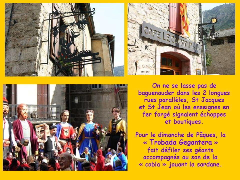 On ne se lasse pas de baguenauder dans les 2 longues rues parallèles, St Jacques et St Jean où les enseignes en fer forgé signalent échoppes et boutiques.