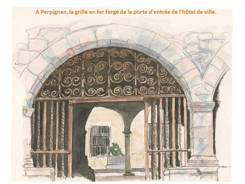 A Perpignan, la grille en fer forgé de la porte d entrée de l hôtel de ville.