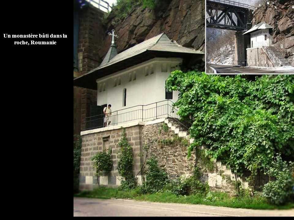 Un monastère bâti dans la roche, Roumanie