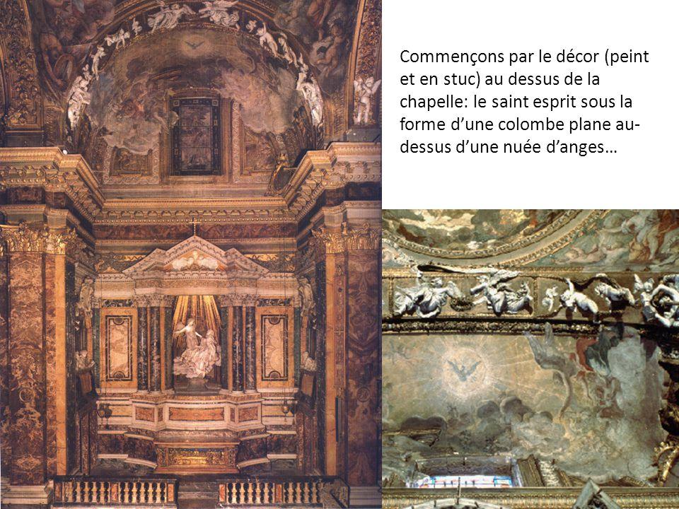 Commençons par le décor (peint et en stuc) au dessus de la chapelle: le saint esprit sous la forme d'une colombe plane au-dessus d'une nuée d'anges…