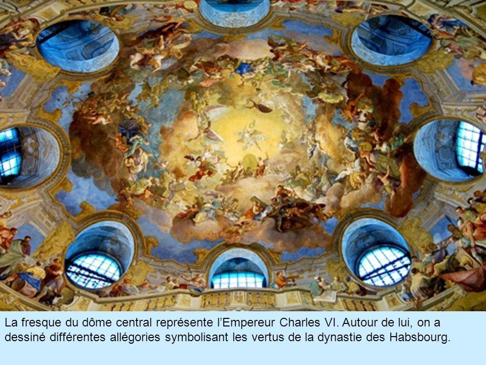 La fresque du dôme central représente l'Empereur Charles VI