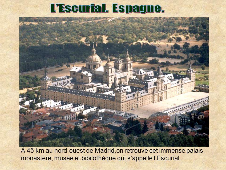 L'Escurial. Espagne. À 45 km au nord-ouest de Madrid,on retrouve cet immense palais, monastère, musée et bibilothèque qui s'appelle l'Escurial.