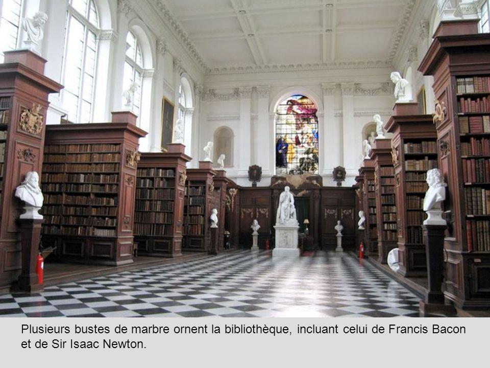 Plusieurs bustes de marbre ornent la bibliothèque, incluant celui de Francis Bacon et de Sir Isaac Newton.
