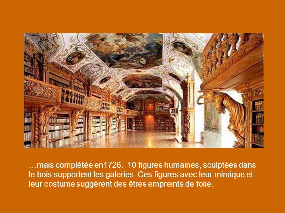 …mais complétée en1726. 10 figures humaines, sculptées dans le bois supportent les galeries. Ces figures avec leur mimique et leur costume suggèrent des êtres empreints de folie.