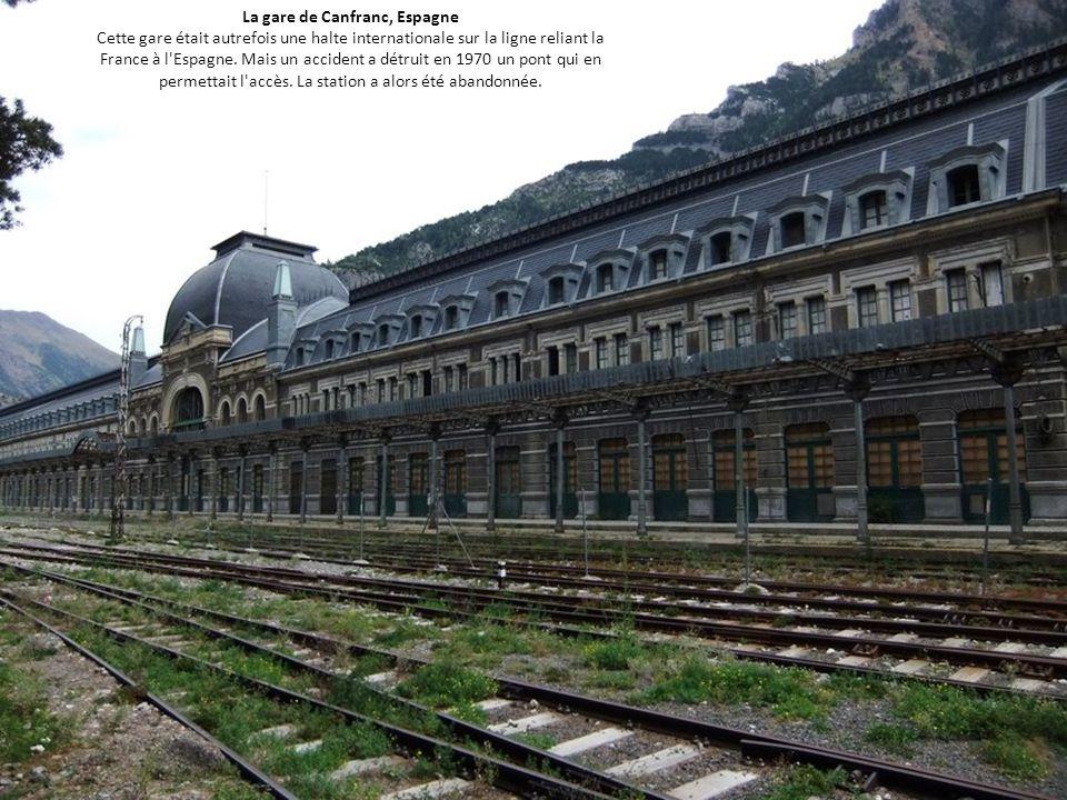 La gare de Canfranc, Espagne Cette gare était autrefois une halte internationale sur la ligne reliant la France à l Espagne.