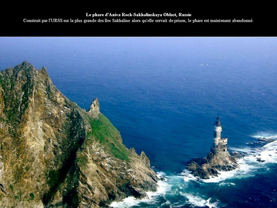 Le phare d Aniva Rock-Sakhalinskaya Oblast, Russie Construit par l URSS sur la plus grande des îles Sakhaline alors qu elle servait de prison, le phare est maintenant abandonné.