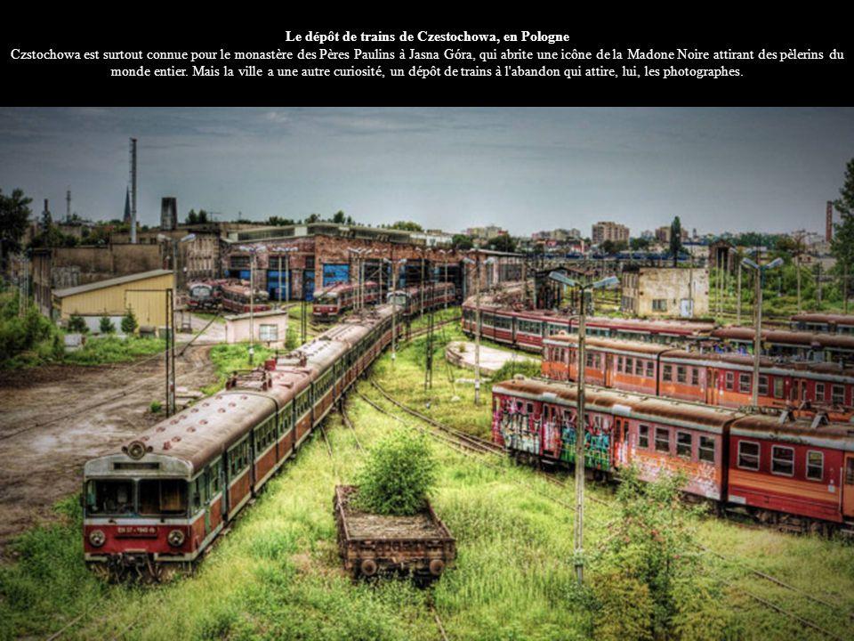 Le dépôt de trains de Czestochowa, en Pologne Czstochowa est surtout connue pour le monastère des Pères Paulins à Jasna Góra, qui abrite une icône de la Madone Noire attirant des pèlerins du monde entier.