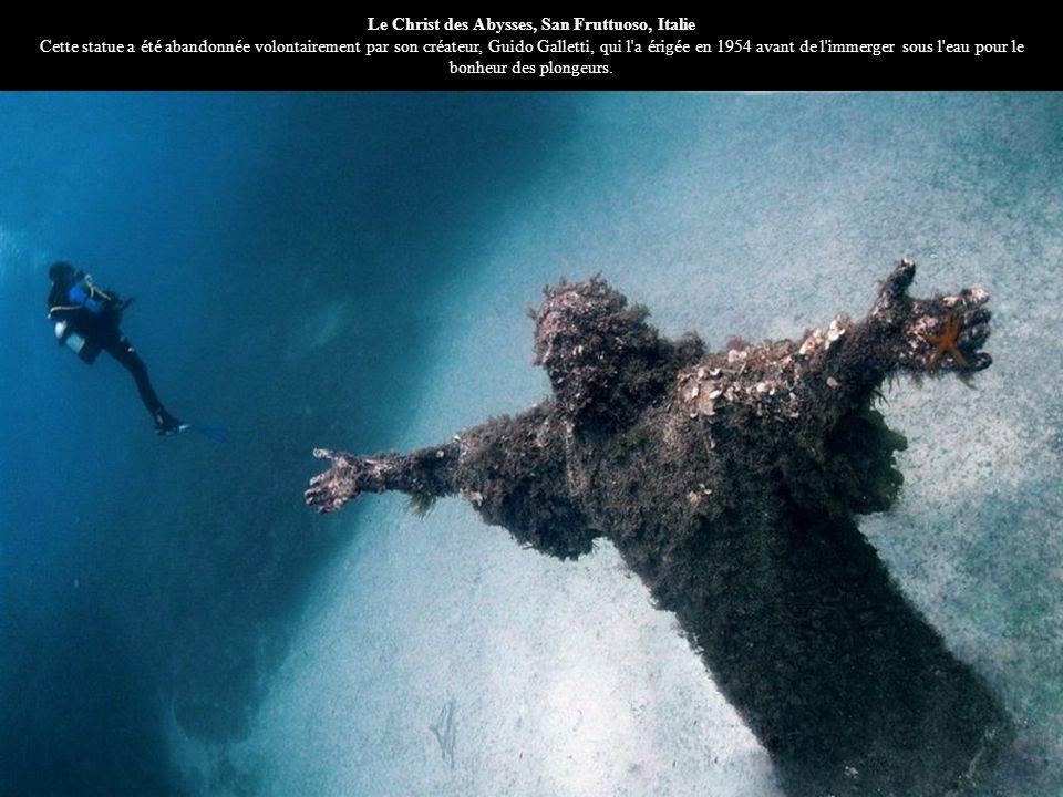 Le Christ des Abysses, San Fruttuoso, Italie Cette statue a été abandonnée volontairement par son créateur, Guido Galletti, qui l a érigée en 1954 avant de l immerger sous l eau pour le bonheur des plongeurs.