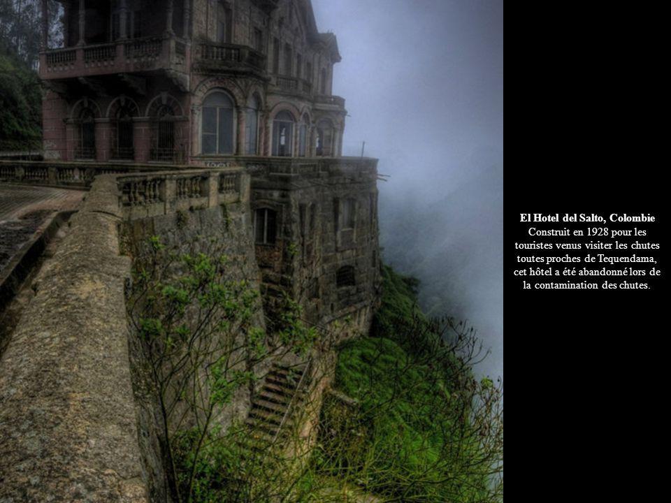 El Hotel del Salto, Colombie Construit en 1928 pour les touristes venus visiter les chutes toutes proches de Tequendama, cet hôtel a été abandonné lors de la contamination des chutes.