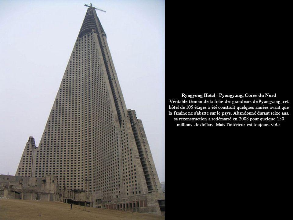 Ryugyong Hotel - Pyongyang, Corée du Nord Véritable témoin de la folie des grandeurs de Pyongyang, cet hôtel de 105 étages a été construit quelques années avant que la famine ne s abatte sur le pays.