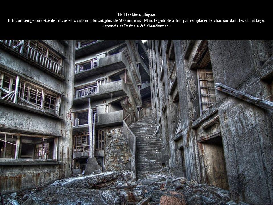 Ile Hashima, Japon Il fut un temps où cette île, riche en charbon, abritait plus de 500 mineurs.