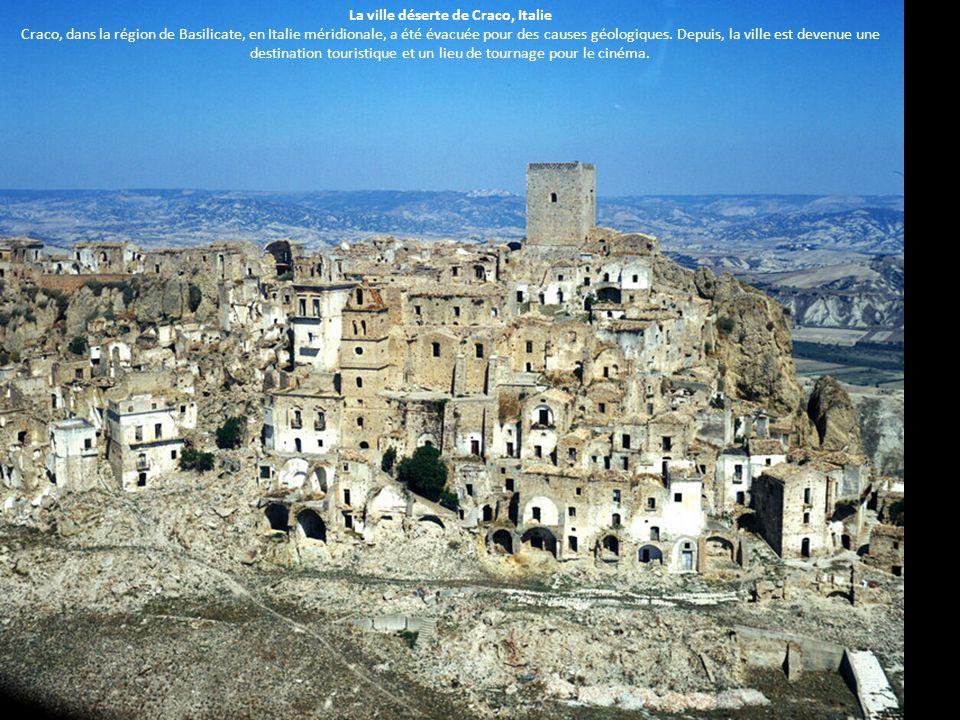 La ville déserte de Craco, Italie Craco, dans la région de Basilicate, en Italie méridionale, a été évacuée pour des causes géologiques.