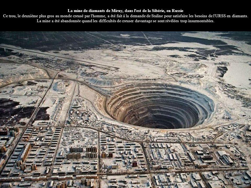 La mine de diamants de Mirny, dans l est de la Sibérie, en Russie Ce trou, le deuxième plus gros au monde creusé par l homme, a été fait à la demande de Staline pour satisfaire les besoins de l URSS en diamants.
