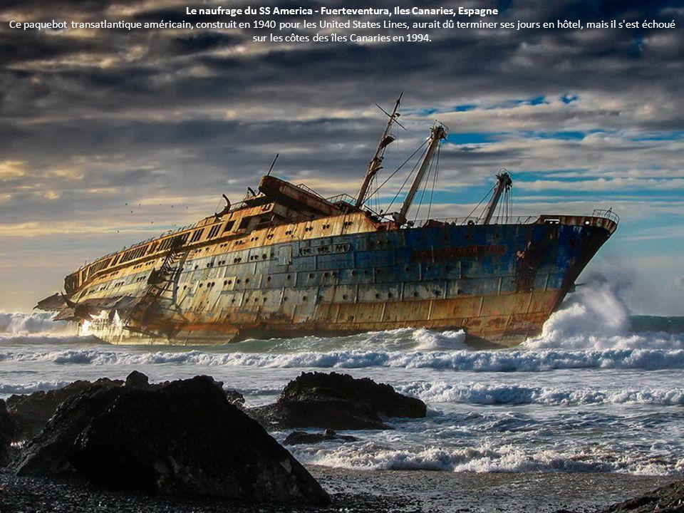 Le naufrage du SS America - Fuerteventura, Iles Canaries, Espagne Ce paquebot transatlantique américain, construit en 1940 pour les United States Lines, aurait dû terminer ses jours en hôtel, mais il s est échoué sur les côtes des îles Canaries en 1994.