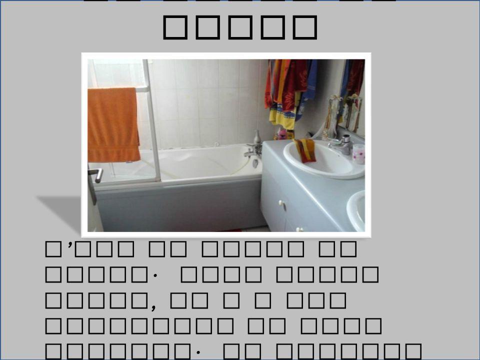 La Salle de Bains C'est la salle de bains. Dans cette piece, il y a une baignoire et deux lavabos.
