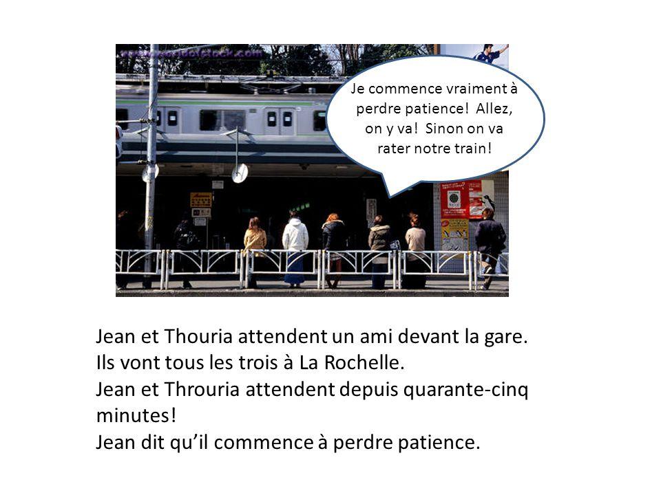 Jean et Thouria attendent un ami devant la gare.