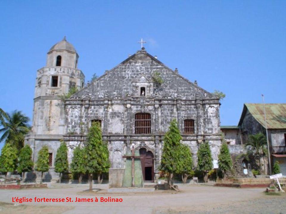 L'église forteresse St. James à Bolinao