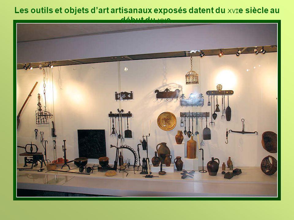 Les outils et objets d'art artisanaux exposés datent du XVIe siècle au début du XXe.