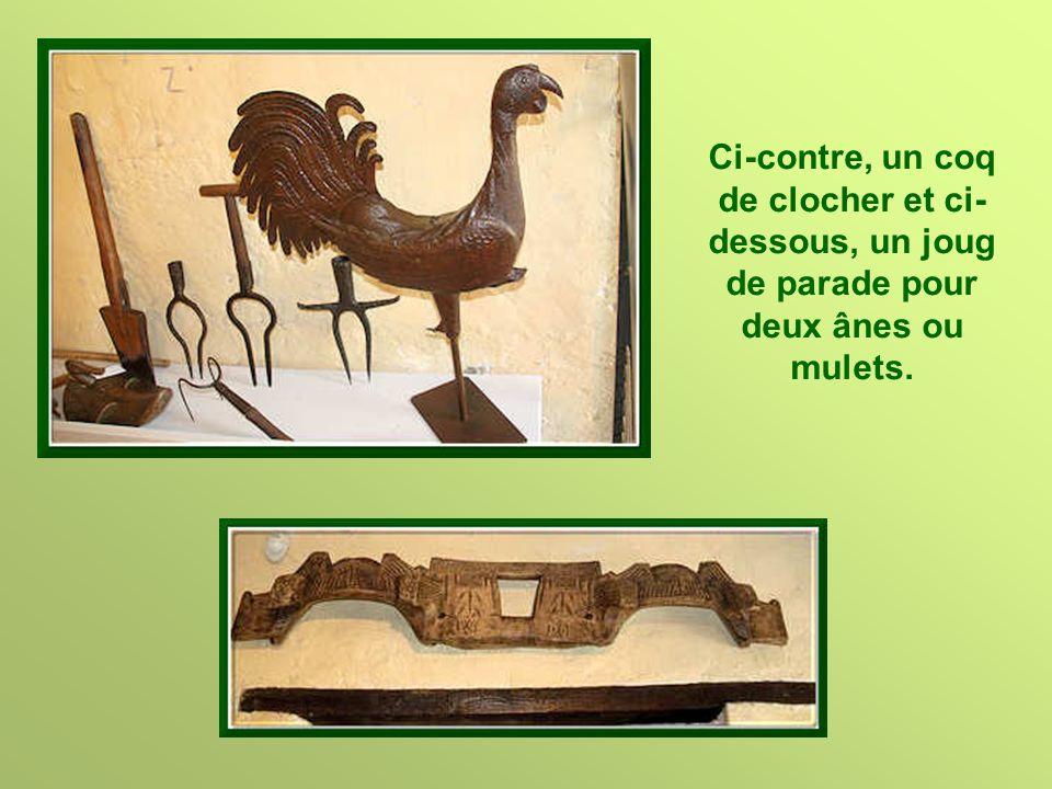 Ci-contre, un coq de clocher et ci-dessous, un joug de parade pour deux ânes ou mulets.