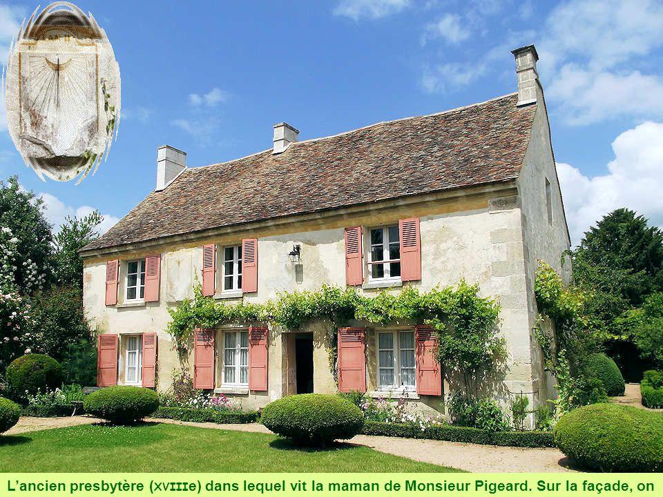 L'ancien presbytère (XVIIIe) dans lequel vit la maman de Monsieur Pigeard.