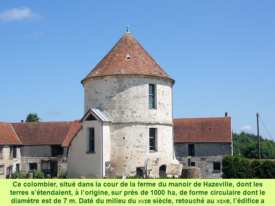 Ce colombier, situé dans la cour de la ferme du manoir de Hazeville, dont les terres s'étendaient, à l'origine, sur près de 1000 ha, de forme circulaire dont le diamètre est de 7 m.
