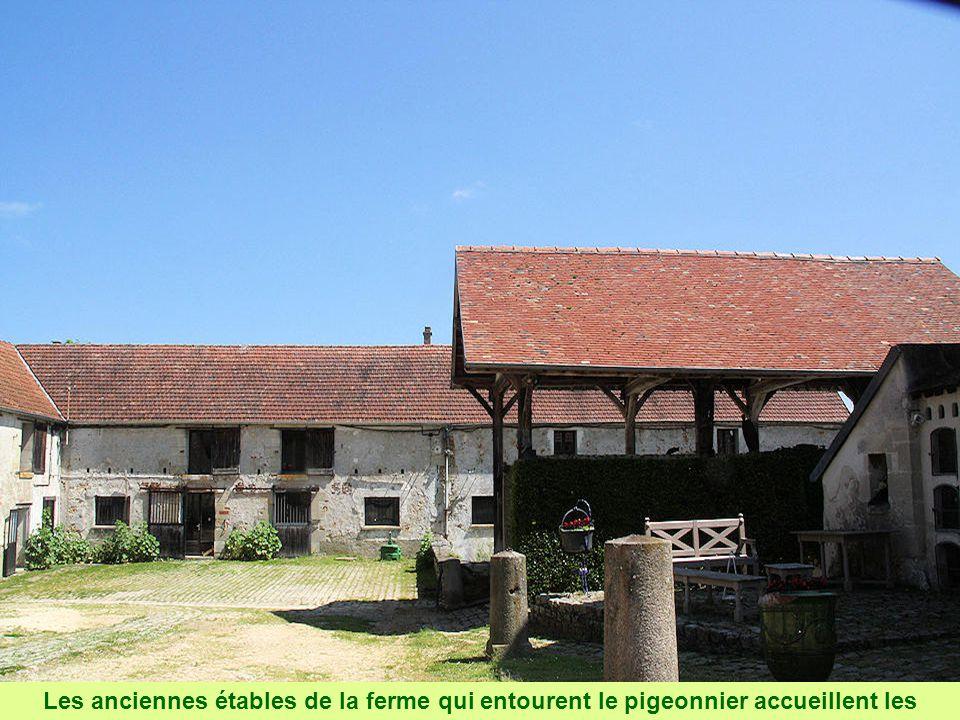 Les anciennes étables de la ferme qui entourent le pigeonnier accueillent les ateliers de quatre artistes.