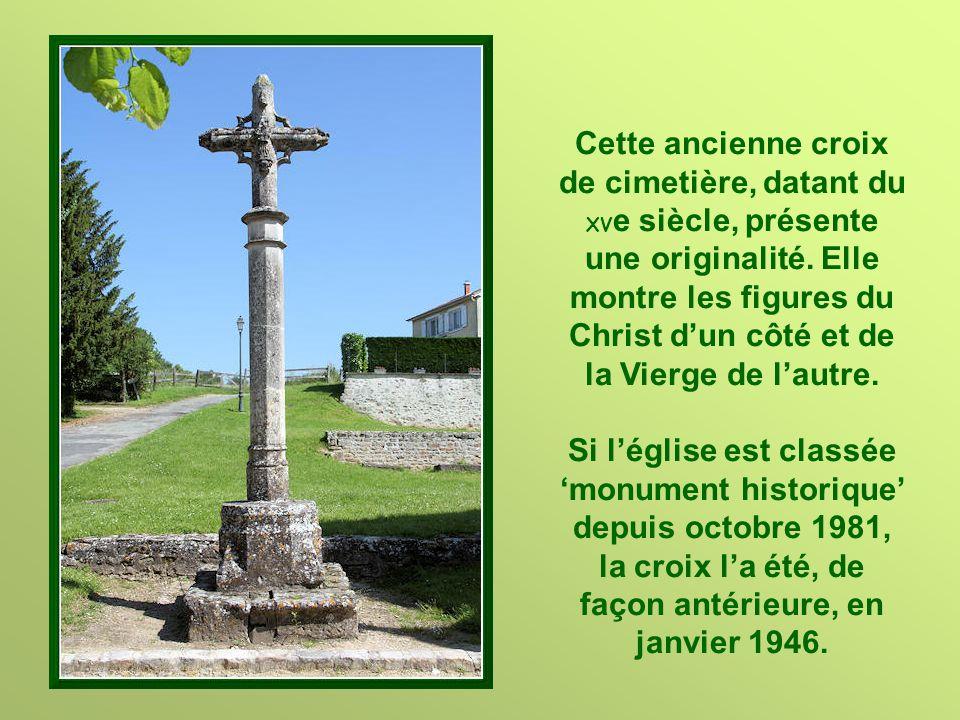 Cette ancienne croix de cimetière, datant du XVe siècle, présente une originalité. Elle montre les figures du Christ d'un côté et de la Vierge de l'autre.