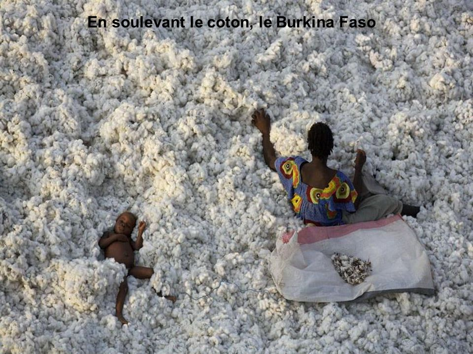 En soulevant le coton, le Burkina Faso