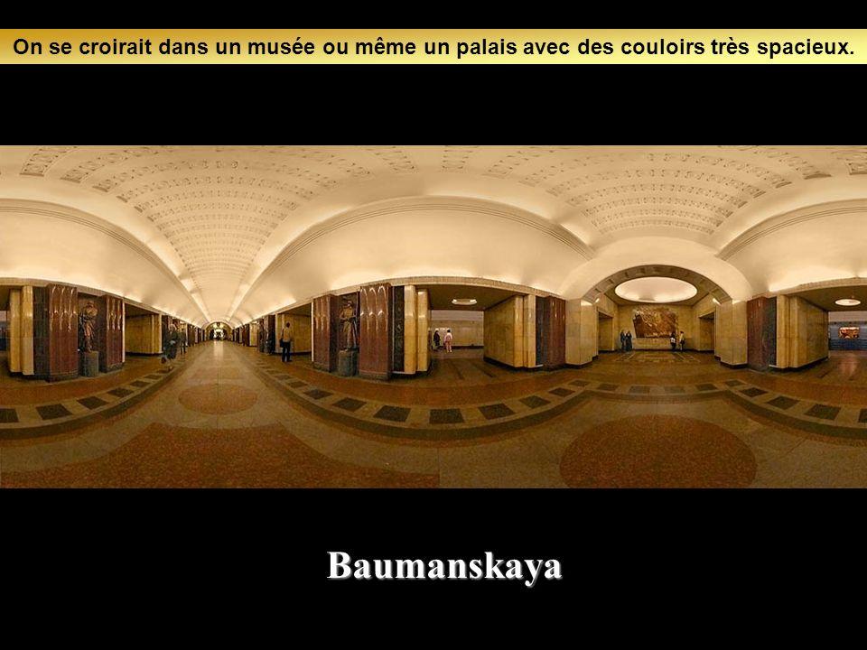On se croirait dans un musée ou même un palais avec des couloirs très spacieux.