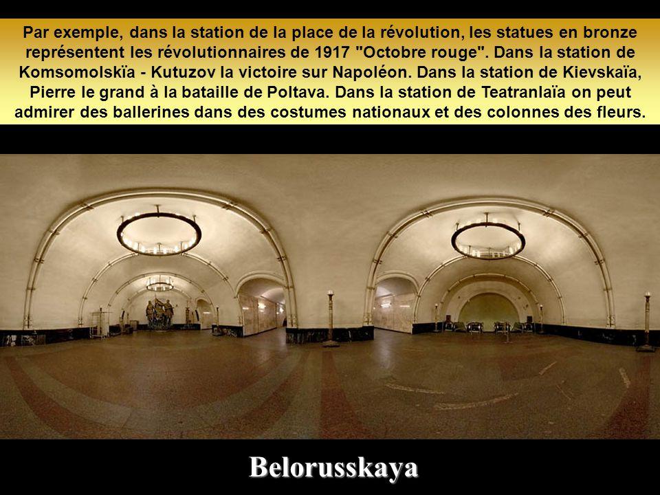 Par exemple, dans la station de la place de la révolution, les statues en bronze représentent les révolutionnaires de 1917 Octobre rouge . Dans la station de Komsomolskïa - Kutuzov la victoire sur Napoléon. Dans la station de Kievskaïa, Pierre le grand à la bataille de Poltava. Dans la station de Teatranlaïa on peut admirer des ballerines dans des costumes nationaux et des colonnes des fleurs.