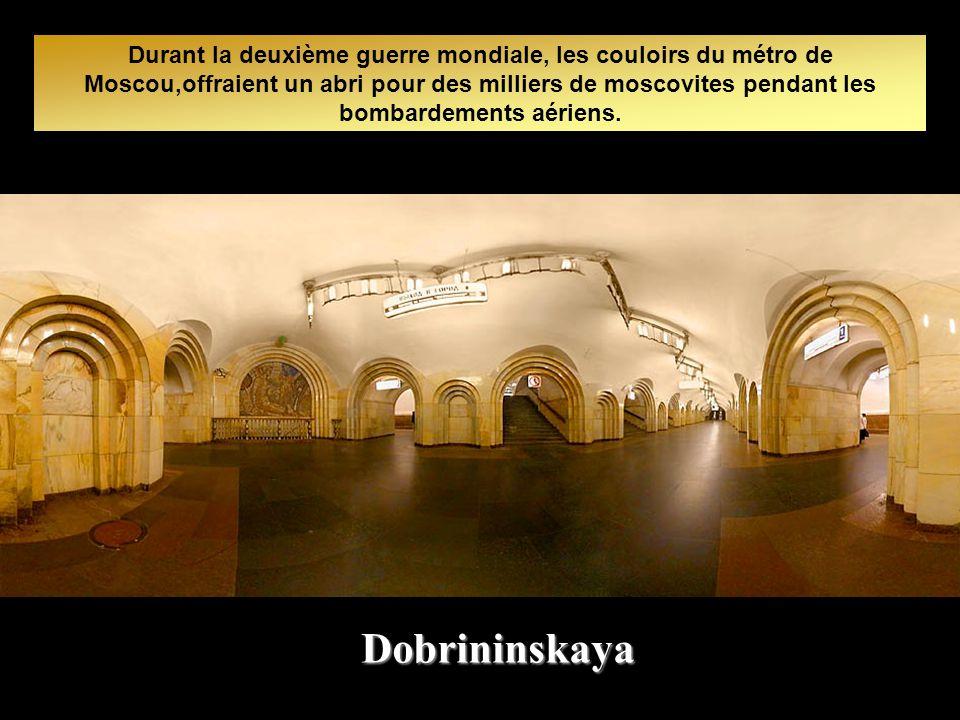 Durant la deuxième guerre mondiale, les couloirs du métro de Moscou,offraient un abri pour des milliers de moscovites pendant les bombardements aériens.
