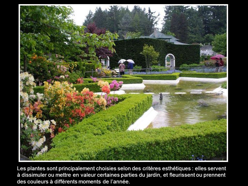 Les plantes sont principalement choisies selon des critères esthétiques : elles servent à dissimuler ou mettre en valeur certaines parties du jardin, et fleurissent ou prennent des couleurs à différents moments de l'année.