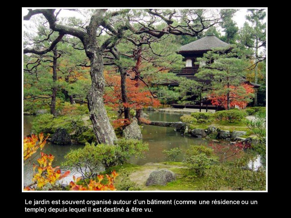 Le jardin est souvent organisé autour d'un bâtiment (comme une résidence ou un temple) depuis lequel il est destiné à être vu.