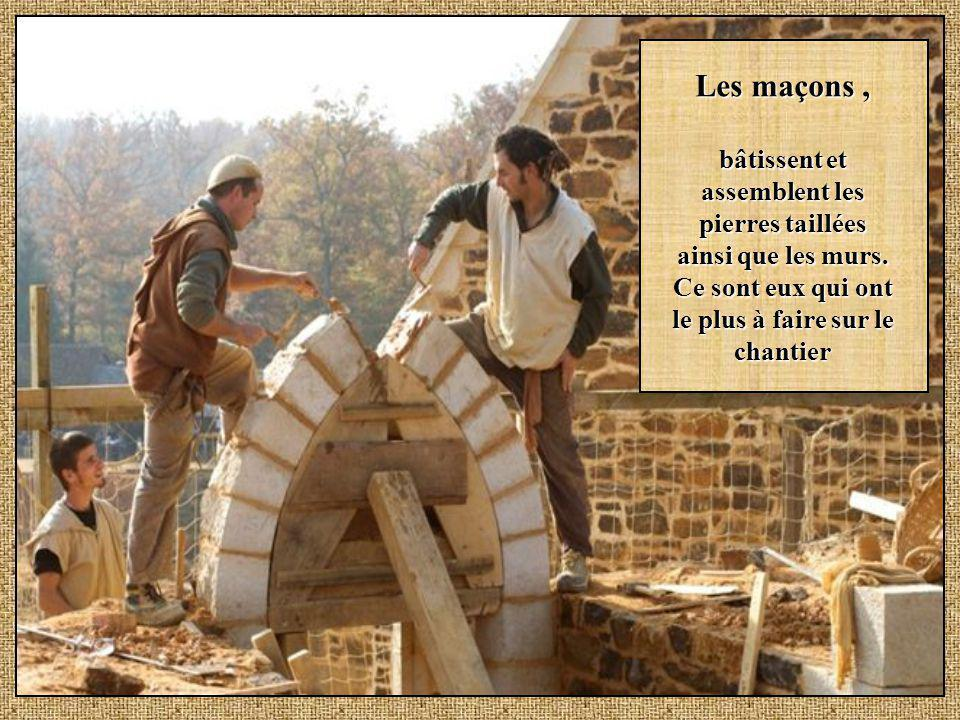Les maçons , bâtissent et assemblent les pierres taillées ainsi que les murs.