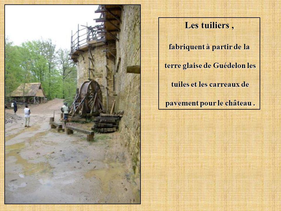 Les tuiliers , fabriquent à partir de la terre glaise de Guédelon les