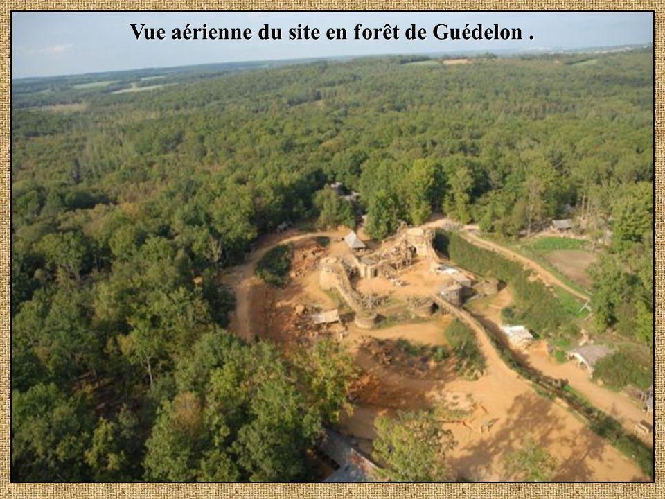 Vue aérienne du site en forêt de Guédelon .