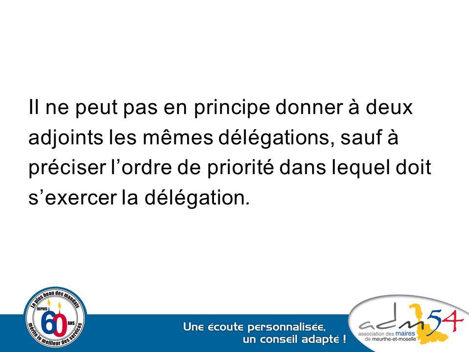 Il ne peut pas en principe donner à deux adjoints les mêmes délégations, sauf à préciser l'ordre de priorité dans lequel doit s'exercer la délégation.