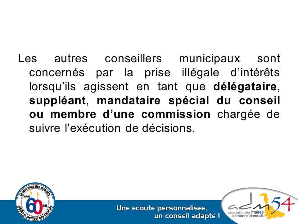 Les autres conseillers municipaux sont concernés par la prise illégale d'intérêts lorsqu'ils agissent en tant que délégataire, suppléant, mandataire spécial du conseil ou membre d'une commission chargée de suivre l'exécution de décisions.