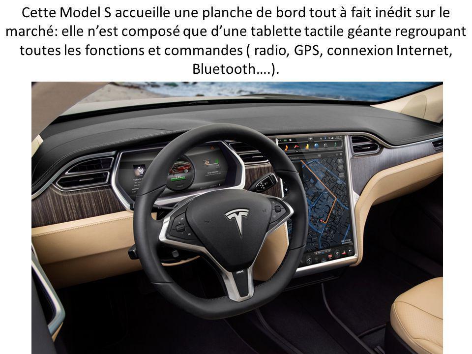 Cette Model S accueille une planche de bord tout à fait inédit sur le marché: elle n'est composé que d'une tablette tactile géante regroupant toutes les fonctions et commandes ( radio, GPS, connexion Internet, Bluetooth….).