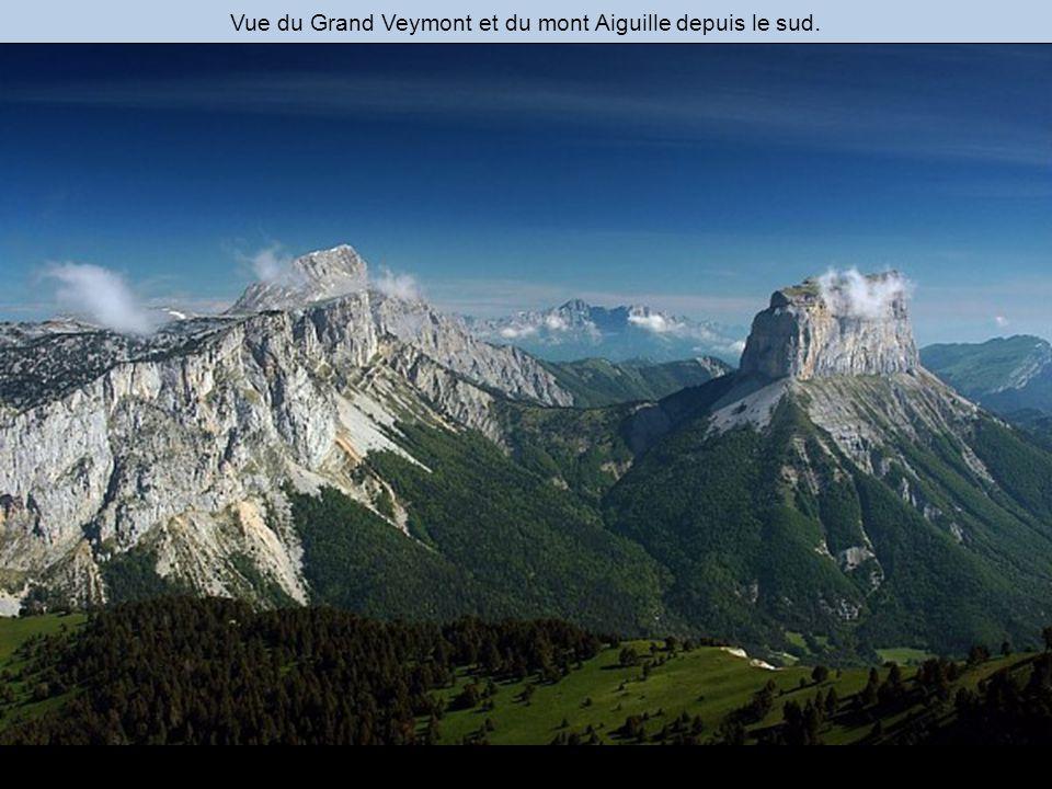 Vue du Grand Veymont et du mont Aiguille depuis le sud.