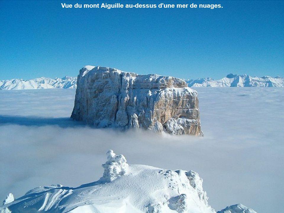 Vue du mont Aiguille au-dessus d une mer de nuages.