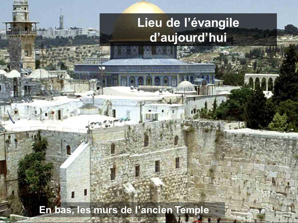 Lieu de l'évangile d'aujourd'hui En bas, les murs de l'ancien Temple