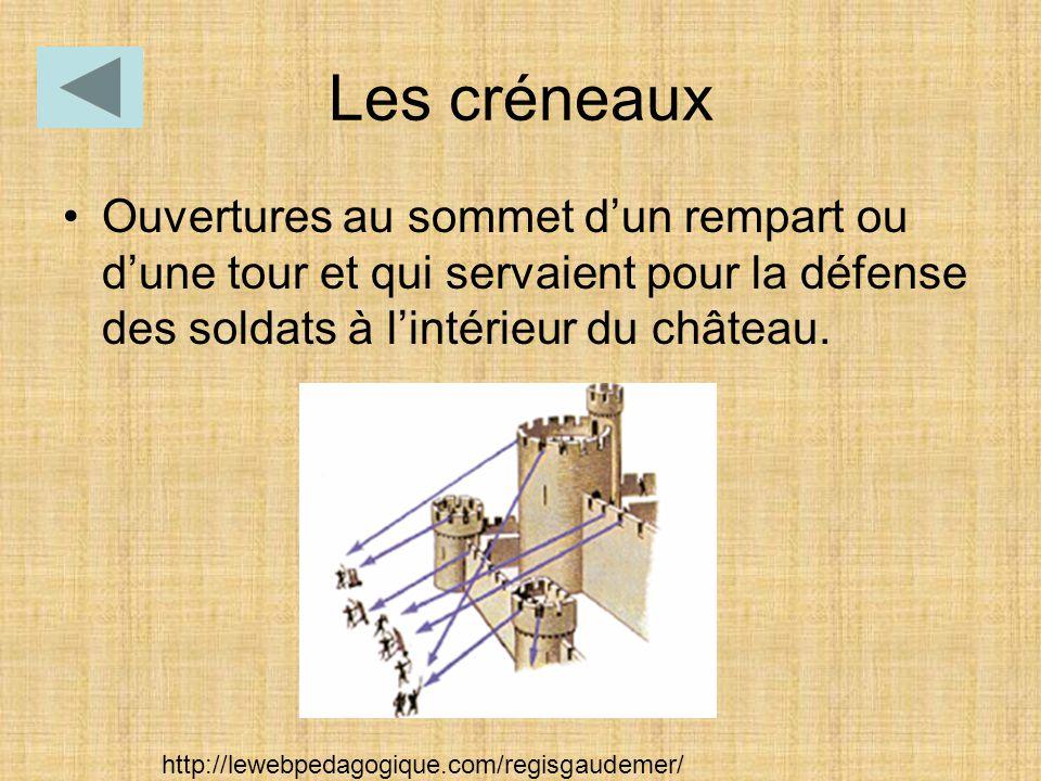 Les créneaux Ouvertures au sommet d'un rempart ou d'une tour et qui servaient pour la défense des soldats à l'intérieur du château.