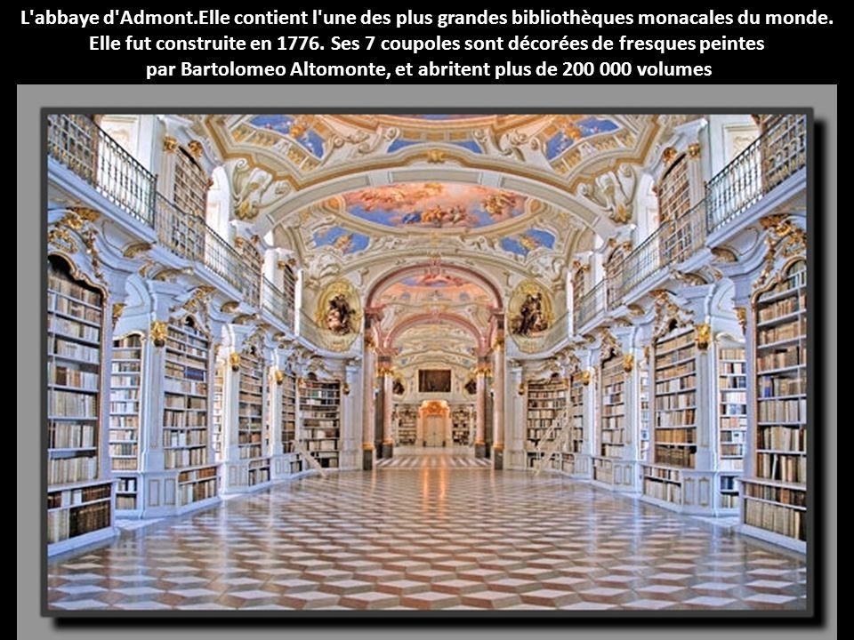 par Bartolomeo Altomonte, et abritent plus de 200 000 volumes