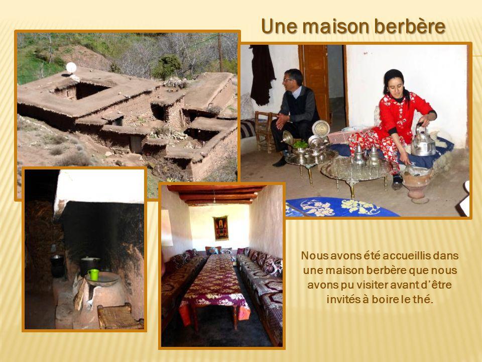 Une maison berbère Nous avons été accueillis dans une maison berbère que nous avons pu visiter avant d'être invités à boire le thé.